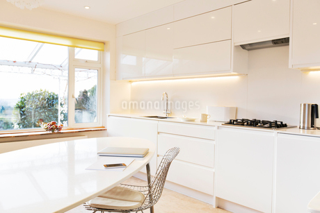 Modern white kitchenの写真素材 [FYI02167022]
