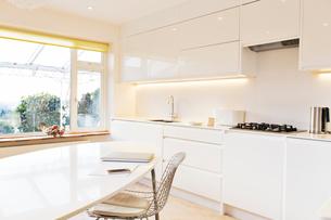 Modern white kitchenの写真素材 [FYI02167022]