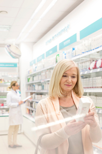 Customer reading label on box in pharmacyの写真素材 [FYI02167047]