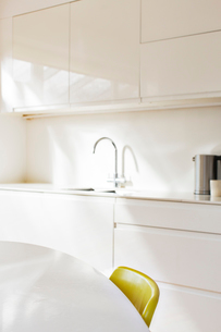 Simple faucet in modern white kitchenの写真素材 [FYI02167054]