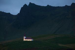 Illuminated church below cliffs, Vik, Icelandの写真素材 [FYI02167063]