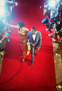 Celebrity couple arriving at event waving and walking the red carpetの写真素材 [FYI02167065]