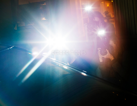 Lens flare flash of paparazzi photographers photographing at eventの写真素材 [FYI02167087]