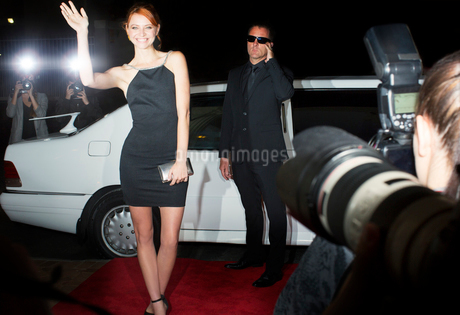 Paparazzi photographing smiling celebrity arriving at eventの写真素材 [FYI02167163]