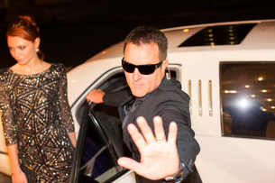 Bodyguard protecting celebrity from paparazzi outside limousine at eventの写真素材 [FYI02167169]