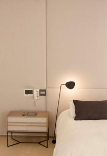 Illuminated lamp over bedの写真素材 [FYI02167183]
