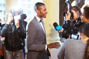 Celebrity being interviewed and photographed by paparazzi at eventの写真素材 [FYI02167191]