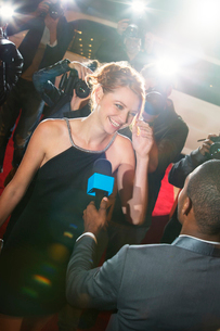 Celebrity being interviewed and photographed by paparazzi at eventの写真素材 [FYI02167193]
