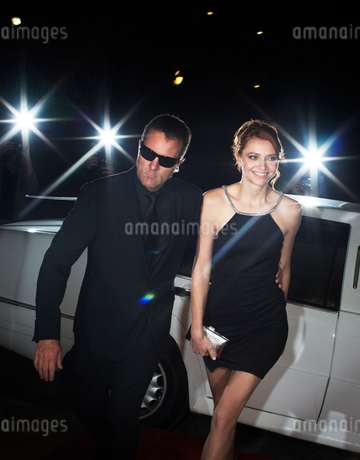 Bodyguard escorting celebrity arriving at eventの写真素材 [FYI02167212]