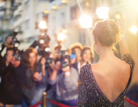 Celebrity waving at paparazzi photographers at eventの写真素材 [FYI02167217]