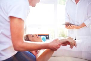 Masseuse massaging woman's handの写真素材 [FYI02167230]