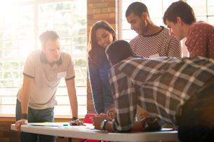 Creative business people meeting around tableの写真素材 [FYI02167279]