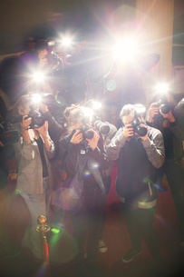 Lens flare flash from paparazzi photographers camerasの写真素材 [FYI02167293]