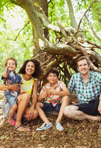 Portrait smiling family in woodsの写真素材 [FYI02167381]