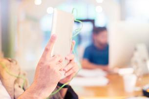 Close up creative businessman using digital tabletの写真素材 [FYI02167414]