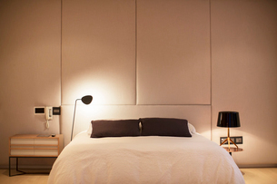 Illuminated lamp over bedの写真素材 [FYI02167415]