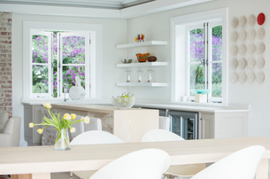 Home showcase kitchen and dining tableの写真素材 [FYI02167463]