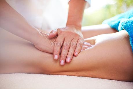 Masseuse rubbing woman's legsの写真素材 [FYI02167464]