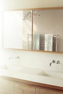 Double sinks below mirror in modern bathroomの写真素材 [FYI02167541]