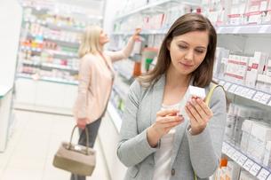 Customer reading label on box in pharmacyの写真素材 [FYI02167544]