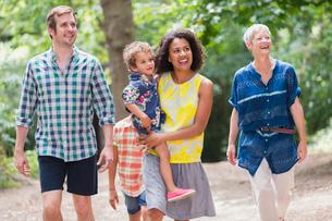Multi-generation family walking in woodsの写真素材 [FYI02167558]