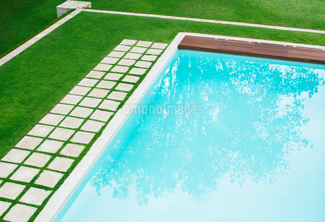 Paving stones in a row along swimming pool in backyardの写真素材 [FYI02167565]