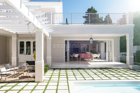 Paving stones at poolside patio of luxury houseの写真素材 [FYI02167567]