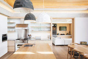 Modern pendant lights over wood kitchen islandの写真素材 [FYI02167609]