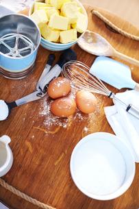 Baking ingredients on cutting boardの写真素材 [FYI02167637]
