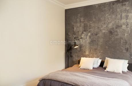 Helmets, soccer balls and footballs on shelf in bedroomの写真素材 [FYI02167659]