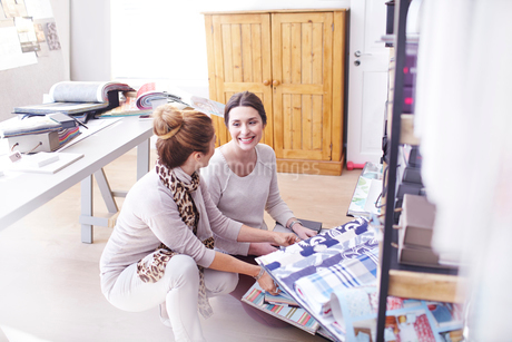 Interior designers browsing fabric swatches in officeの写真素材 [FYI02167671]
