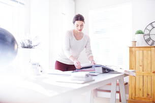 Interior designer browsing fabric swatches in officeの写真素材 [FYI02167688]