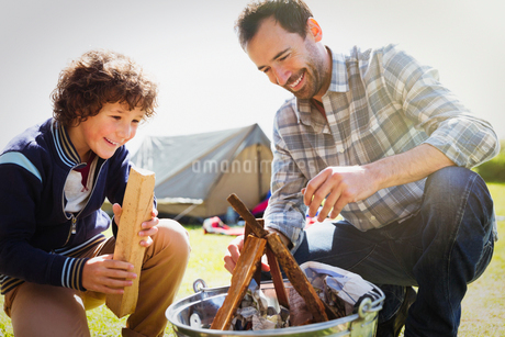 Father and son building campfireの写真素材 [FYI02167754]