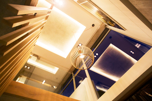 Illuminated tray ceiling and modern pendant light hanging in luxury foyerの写真素材 [FYI02167780]