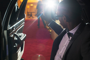 Celebrity in limousine arriving at red carpet event and waving to photographing paparazziの写真素材 [FYI02167824]