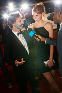 Celebrity being interviewed at red carpet eventの写真素材 [FYI02167841]