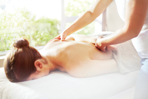 Masseuse massaging woman's backの写真素材 [FYI02167926]