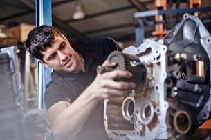 Mechanic fixing part in auto repair shopの写真素材 [FYI02167952]