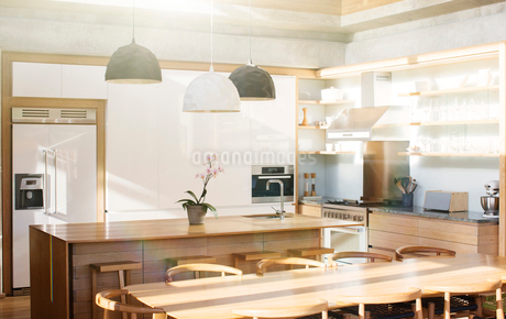 Modern kitchen and dining tableの写真素材 [FYI02167968]