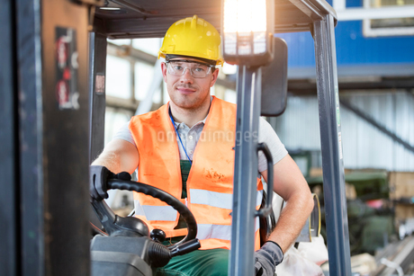 Portrait worker driving forklift in factoryの写真素材 [FYI02168013]