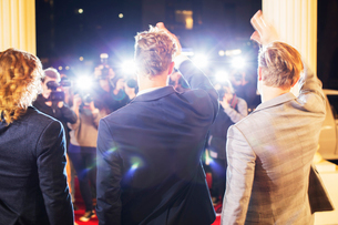 Celebrities waving and being photographed by paparazzi photographers at red carpet eventの写真素材 [FYI02168021]