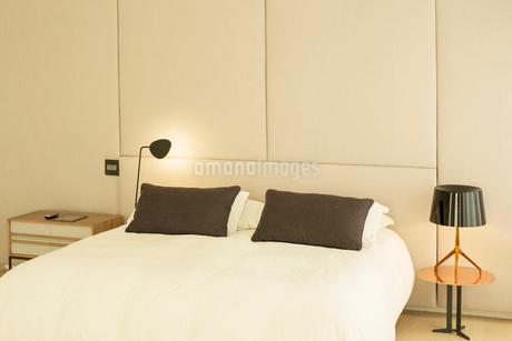 Illuminated lamp at bedsideの写真素材 [FYI02168031]