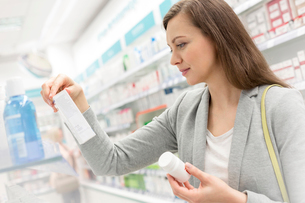 Customer reading label on box in pharmacyの写真素材 [FYI02168100]