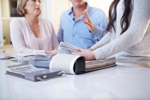 Interior designer discussing swatches with couple in consultationの写真素材 [FYI02168156]