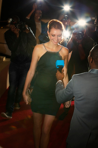 Celebrity being interviewed and photographed by paparazzi photographers at red carpet eventの写真素材 [FYI02168234]