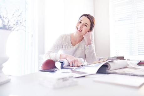 Portrait smiling interior designer with swatches in officeの写真素材 [FYI02168262]