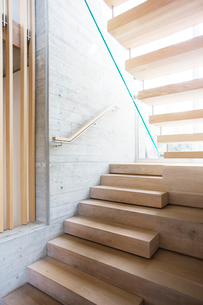 Modern staircase in luxury houseの写真素材 [FYI02168415]