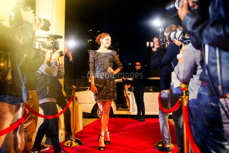 Celebrity arriving and posing for paparazzi photographers at red carpet eventの写真素材 [FYI02168440]