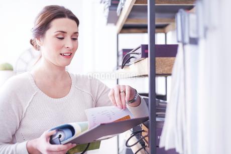 Interior designer browsing fabric swatches in officeの写真素材 [FYI02168475]