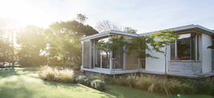 Sunny yard and modern houseの写真素材 [FYI02168506]
